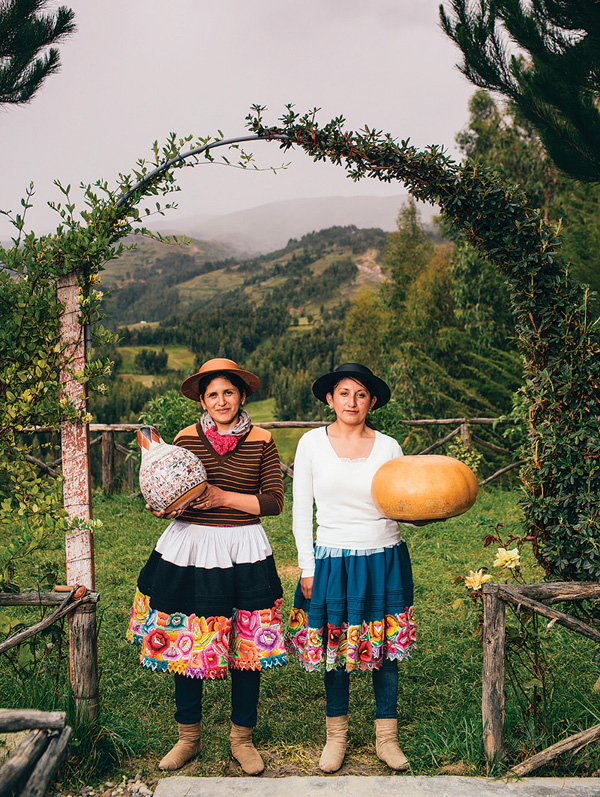 Sisters Katya and Blanca Canto, gourd engravers - Photo: Joshua Eli Cogan